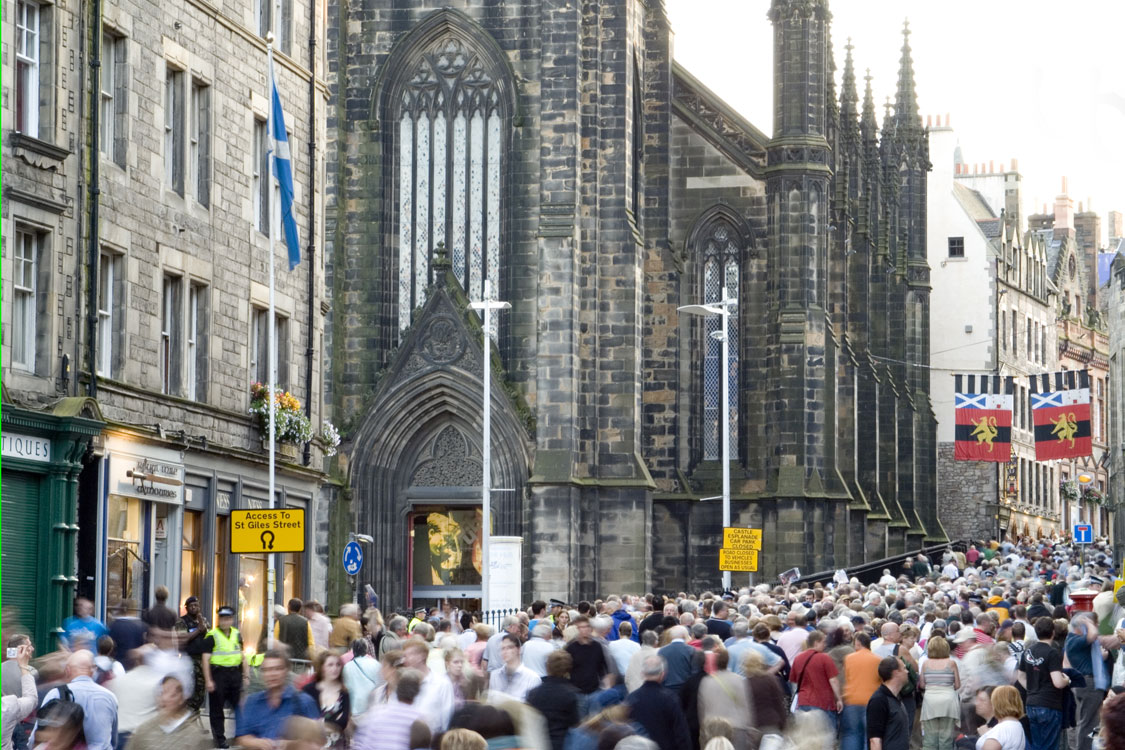 Crowds of tourists on the Royal Mile